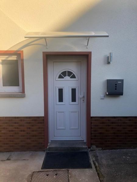 Kunststoff-Haustuer-Madlen-und-Vordach-Noah